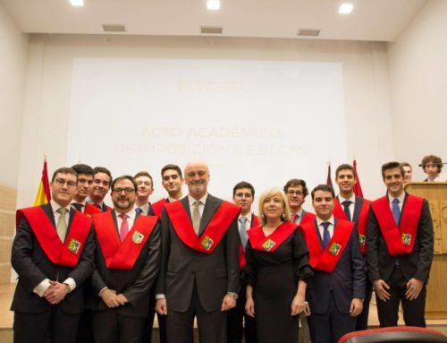 Javier Lezáun en representación de Ecay Construcciones, recibe la beca de honor del Colegio Mayor Moncloa
